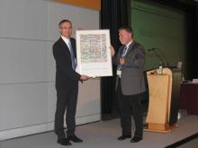 Potsdam 2014: Predstavnik organizacije Die deutsche Krebshilfe podeljuje priznanje Walterju Kubitzi,  predsedniku C.E.L-a ( Foto: I. Košak)